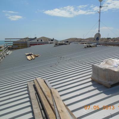 Fase di completamento della nuova copertura metallica coibentata