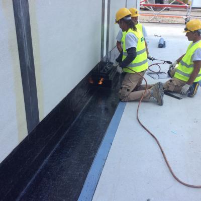 Fase iniziale delle lavorazioni - dettaglio di raccordo a parete dello strato di barriera al vapore